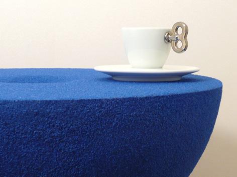 砂時計の中の流れる砂が静止したまま取り出され、空間に固定されたコーヒーテーブル「moment」6
