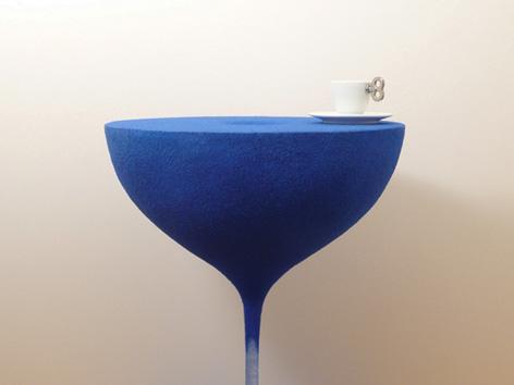 砂時計の中の流れる砂が静止したまま取り出され、空間に固定されたコーヒーテーブル「moment」7