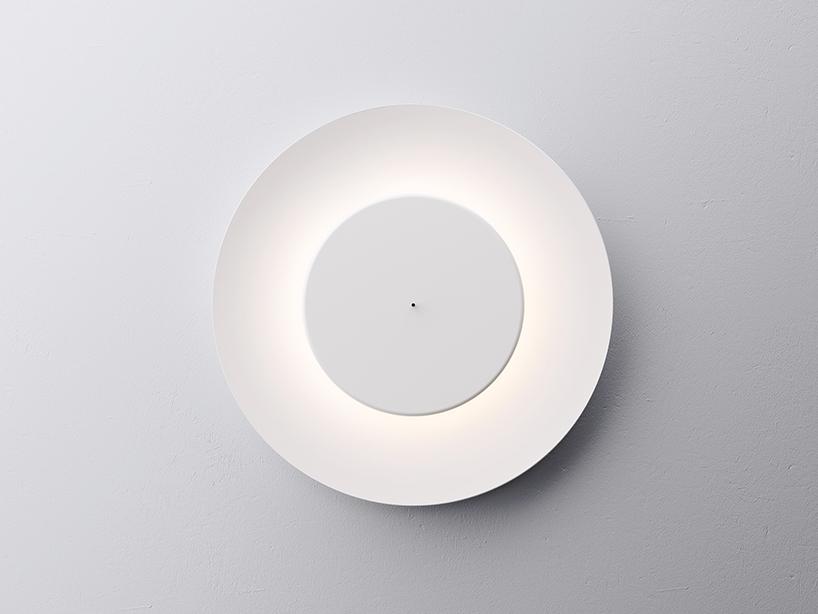 不思議な光をかもし出す丸い照明器具lunaire eclipse wall lamp1