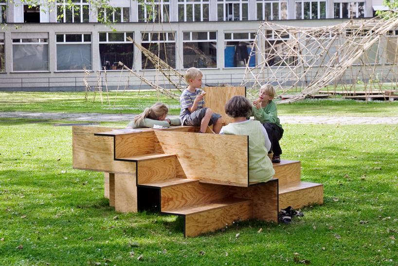 木で出来た公共の素敵なベンチ