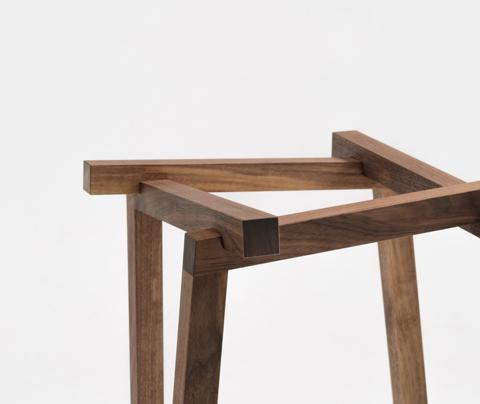 不可能図形「ペンローズの階段」のようにみえる、L字形の脚が互いに支え合うことで自立するコートラックとテーブル「LEAN」