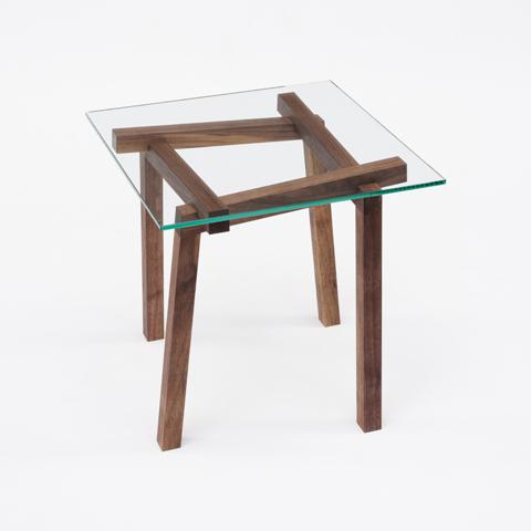 不可能図形「ペンローズの階段」のようにみえる、L字形の脚が互いに支え合うことで自立するコートラックとテーブル「LEAN」2