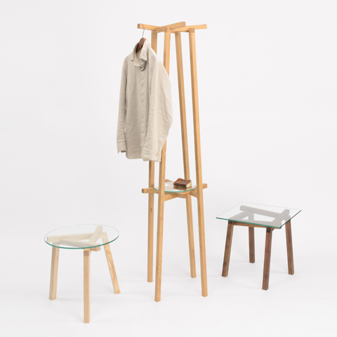 不可能図形「ペンローズの階段」のようにみえる、L字形の脚が互いに支え合うことで自立するコートラックとテーブル「LEAN」3