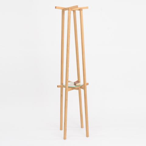 不可能図形「ペンローズの階段」のようにみえる、L字形の脚が互いに支え合うことで自立するコートラックとテーブル「LEAN」4