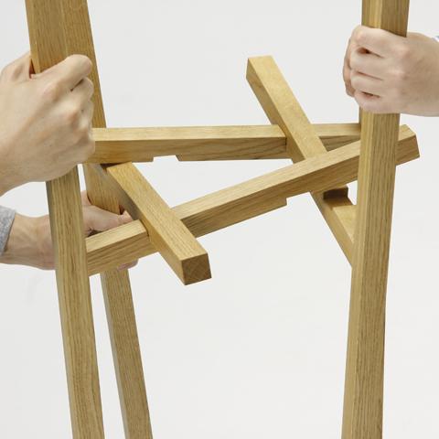 不可能図形「ペンローズの階段」のようにみえる、L字形の脚が互いに支え合うことで自立するコートラックとテーブル「LEAN」5
