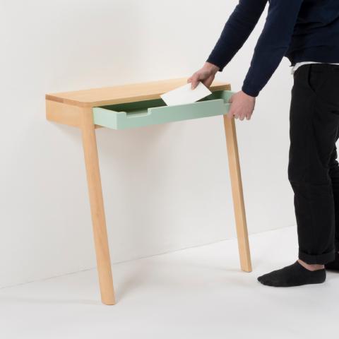 """""""半分の""""テーブルを、二つ繋ぎ合わせることで、壁に頼らず自立することができる一つのテーブルになる「lovebird」3"""