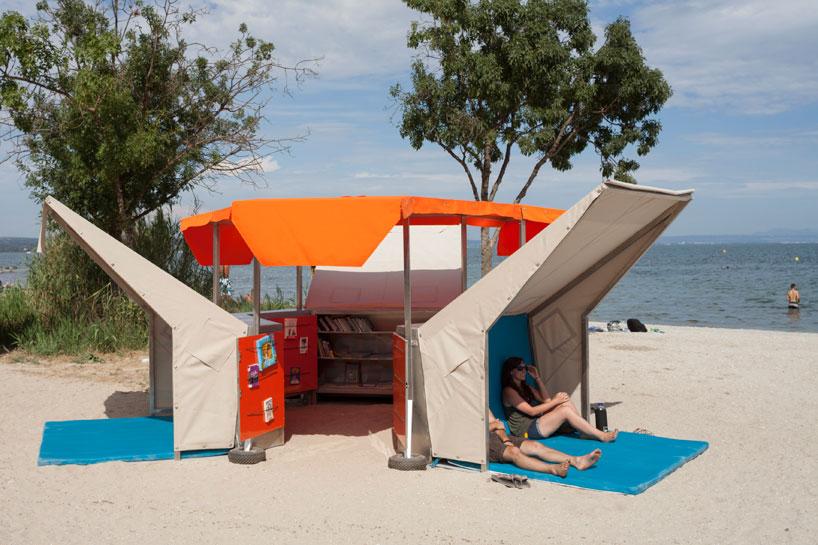 ビーチにある移動式の図書館