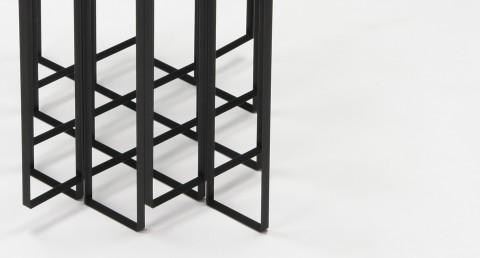 直角アングル材を組み合わせて、紙を折ったようなフレーム状にすることで、強く軽やかな構造体のテーブル「MITER」4
