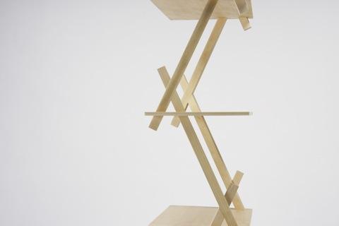 パーツの連結部で交わる二本の支柱と天板がお互いを支え合う、強固な三角構造の棚「PROP」3