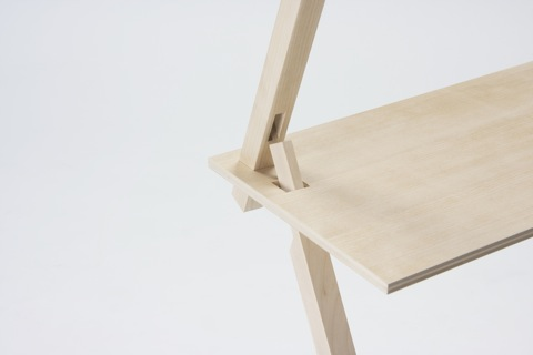 パーツの連結部で交わる二本の支柱と天板がお互いを支え合う、強固な三角構造の棚「PROP」4