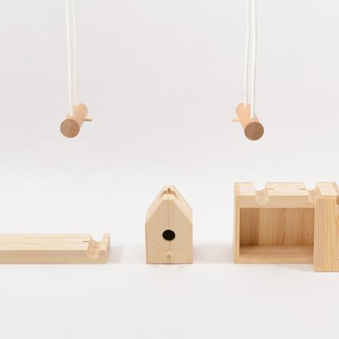 円周の半分以上と触れ合っていれば、その円と接する物体は持ち上げることができる性質を使った家具「SEVEN – TENTHS」3