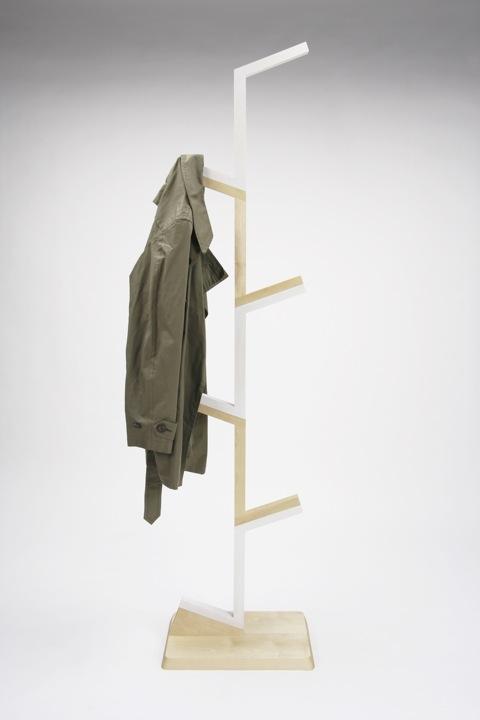 パーツ同士をスライドさせて組み立てることができる、ノックダウン式のコートスタンド「Design Soil」4