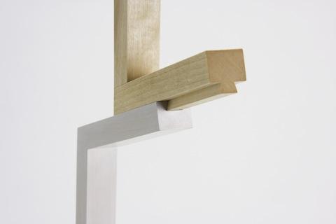 パーツ同士をスライドさせて組み立てることができる、ノックダウン式のコートスタンド「Design Soil」3
