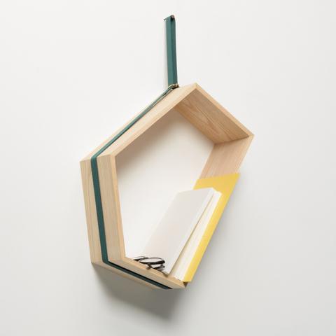 載せたものの重さや形に応じて傾き、重心のバランスが取れる位置で安定する、異なる長さの五つの面をもつ壁かけ棚「SLING」