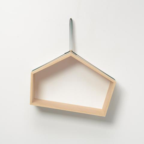 載せたものの重さや形に応じて傾き、重心のバランスが取れる位置で安定する、異なる長さの五つの面をもつ壁かけ棚「SLING」3