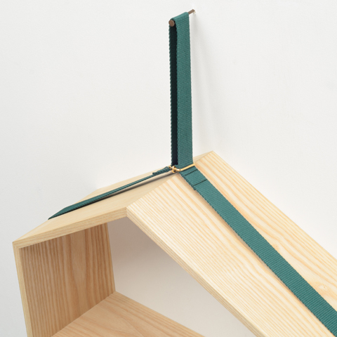載せたものの重さや形に応じて傾き、重心のバランスが取れる位置で安定する、異なる長さの五つの面をもつ壁かけ棚「SLING」2