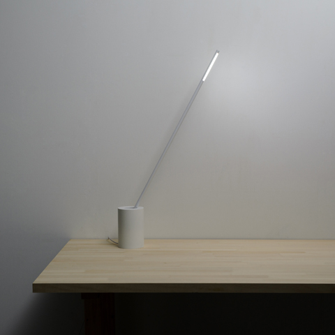 グラスに刺さったストローの角度が、グラスの径と深さで変わる姿に着想を得たデスクライト「STRAW」