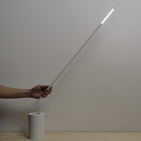 グラスに刺さったストローの角度が、グラスの径と深さで変わる姿に着想を得たデスクライト「STRAW」3