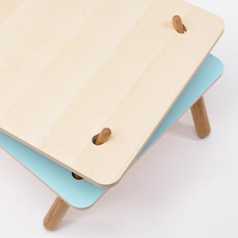 二枚の天板を異なる位置で支えることで脚が倒れ込んで安定し、荷重がかかると強度が増すローテーブル「TORQUE」