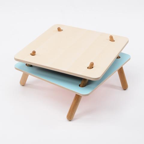 二枚の天板を異なる位置で支えることで脚が倒れ込んで安定し、荷重がかかると強度が増すローテーブル「TORQUE」2