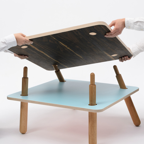 二枚の天板を異なる位置で支えることで脚が倒れ込んで安定し、荷重がかかると強度が増すローテーブル「TORQUE」3