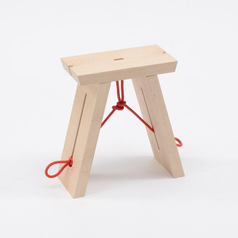 自在に曲げられ、結ぶこともできる、ロープの特徴を構造に利用した折りたたみ式のスツール「TRINITY」2