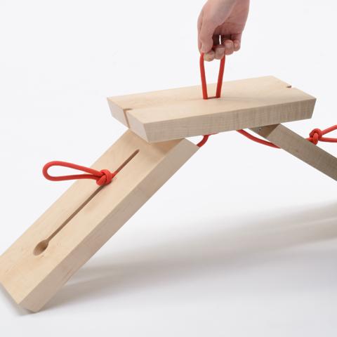 自在に曲げられ、結ぶこともできる、ロープの特徴を構造に利用した折りたたみ式のスツール「TRINITY」3