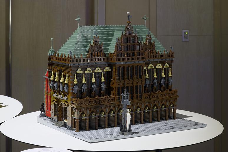 レゴブロックで出来たブレーメンのマルクト広場の市庁舎とローラント像
