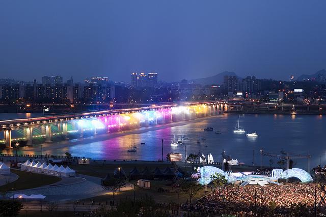 虹色の噴水が出る韓国にある橋「Banpo Bridge」2