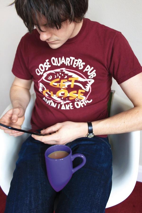 底がV字型になっている為、膝の上に乗せて使うことの出来る便利なマグカップ「Lap Mug」
