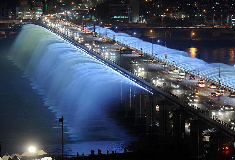 虹色の噴水が出る韓国にある橋「Banpo Bridge」