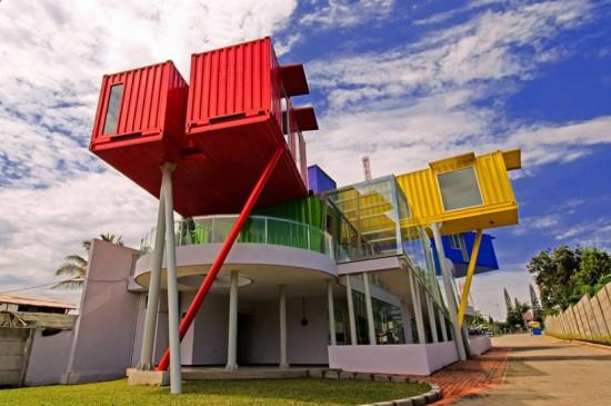 輸送用のコンテナを使用してつくられた、小さな診療所と図書館が併設されたカラフルなコンテナハウスライブラリー。1
