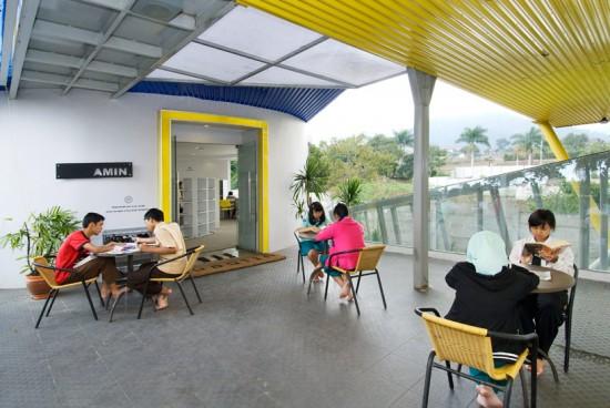 輸送用のコンテナを使用してつくられた、小さな診療所と図書館が併設されたカラフルなコンテナハウスライブラリー。3