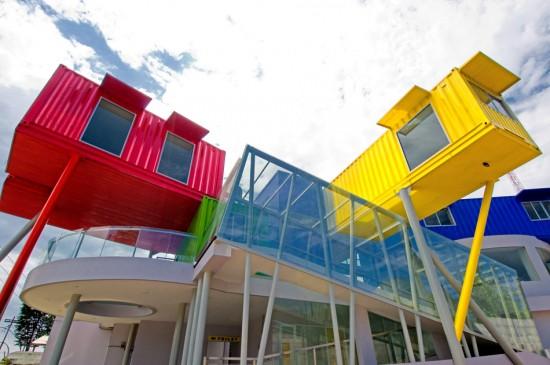 輸送用のコンテナを使用してつくられた、小さな診療所と図書館が併設されたカラフルなコンテナハウスライブラリー。4