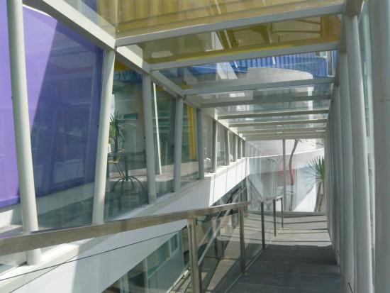 輸送用のコンテナを使用してつくられた、小さな診療所と図書館が併設されたカラフルなコンテナハウスライブラリー。10