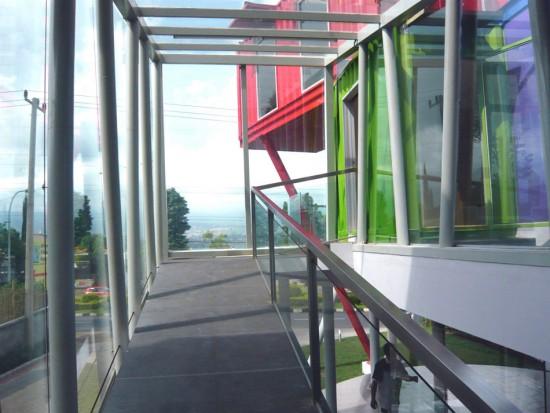 輸送用のコンテナを使用してつくられた、小さな診療所と図書館が併設されたカラフルなコンテナハウスライブラリー。11