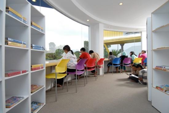 輸送用のコンテナを使用してつくられた、小さな診療所と図書館が併設されたカラフルなコンテナハウスライブラリー。14