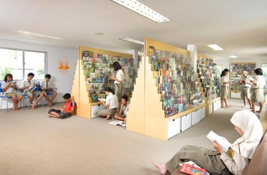 輸送用のコンテナを使用してつくられた、小さな診療所と図書館が併設されたカラフルなコンテナハウスライブラリー。15