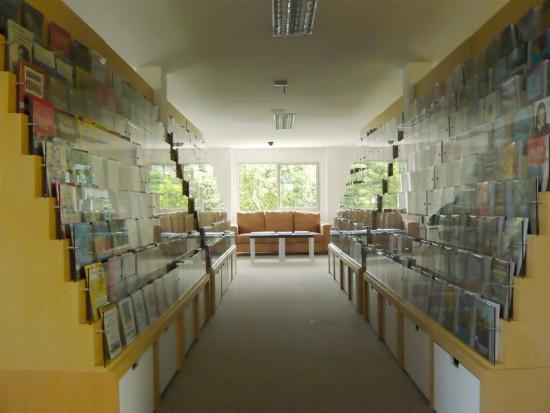 輸送用のコンテナを使用してつくられた、小さな診療所と図書館が併設されたカラフルなコンテナハウスライブラリー。16