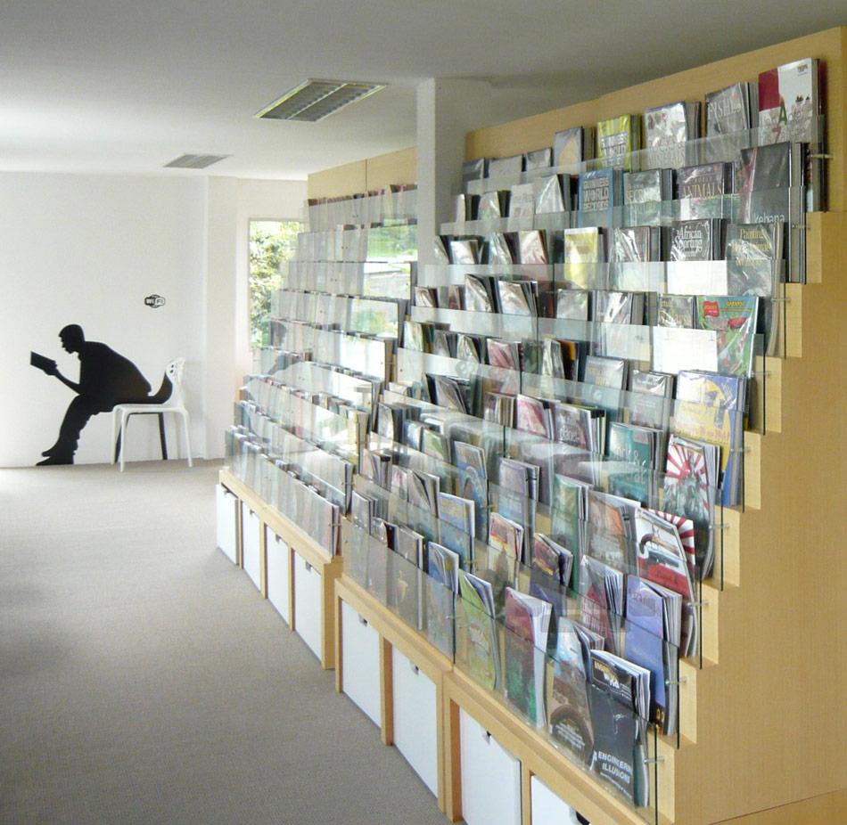 輸送用のコンテナを使用してつくられた、小さな診療所と図書館が併設されたカラフルなコンテナハウスライブラリー。17