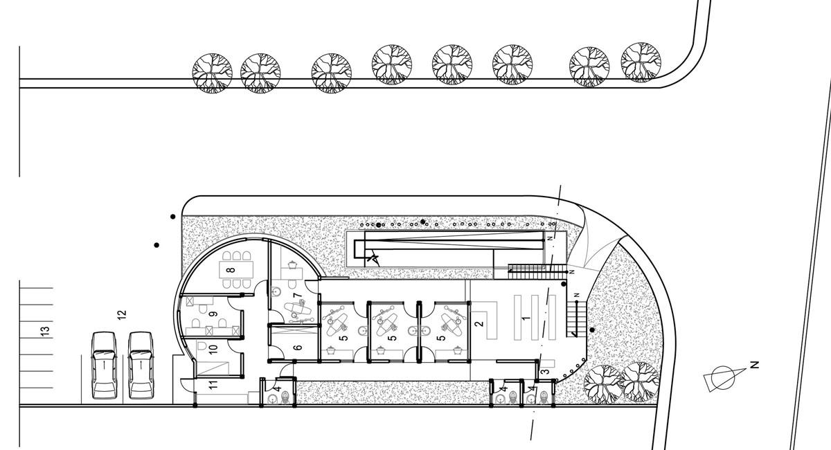 輸送用のコンテナを使用してつくられた、小さな診療所と図書館が併設されたカラフルなコンテナハウスライブラリー。19