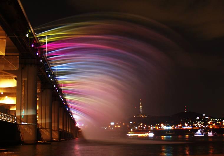 虹色の噴水が出る韓国にある橋「Banpo Bridge」5