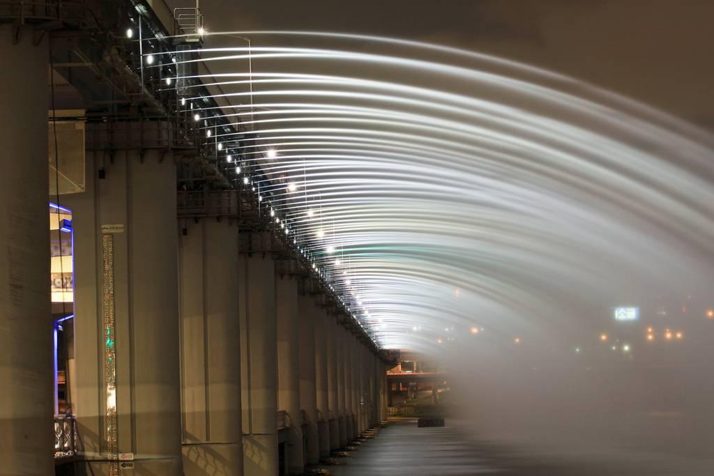 虹色の噴水が出る韓国にある橋「Banpo Bridge」10