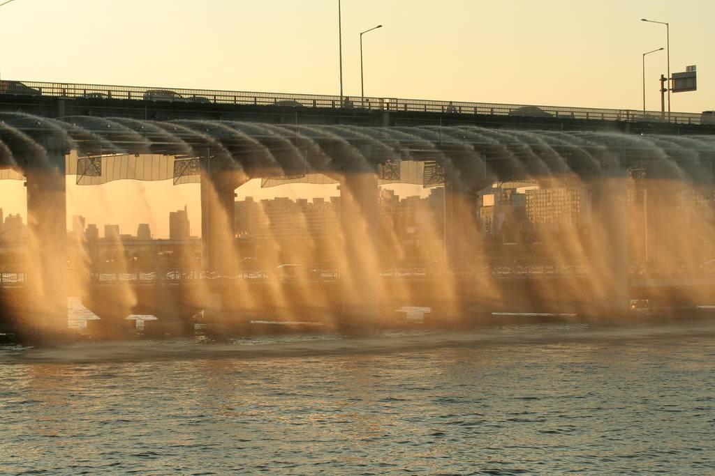 虹色の噴水が出る韓国にある橋「Banpo Bridge」8
