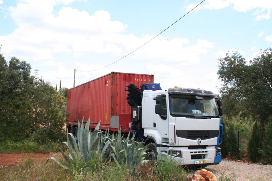 荷物輸送用のコンテナでつくられた、ハンモックのあるオレンジ色のコンテナハウス12