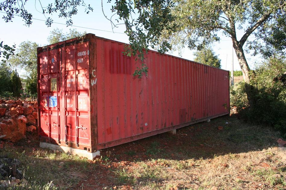 荷物輸送用のコンテナでつくられた、ハンモックのあるオレンジ色のコンテナハウス13