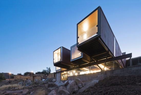 輸送用コンテナでつくった豪邸。小高い丘に建つ高級感溢れるコンテナハウス「casa oruga」36