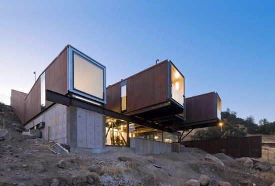 輸送用コンテナでつくった豪邸。小高い丘に建つ高級感溢れるコンテナハウス「casa oruga」37