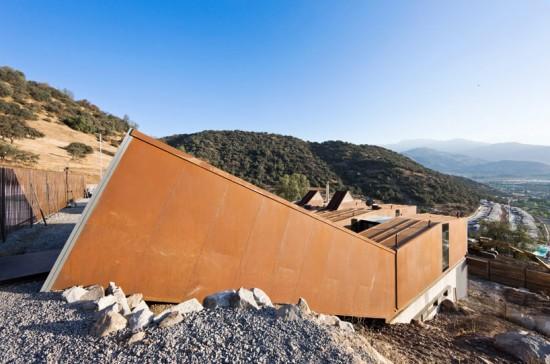 輸送用コンテナでつくった豪邸。小高い丘に建つ高級感溢れるコンテナハウス「casa oruga」10