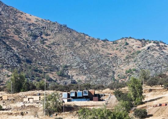 輸送用コンテナでつくった豪邸。小高い丘に建つ高級感溢れるコンテナハウス「casa oruga」2